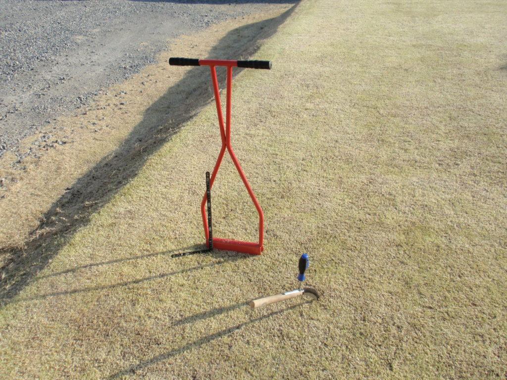 芝生の更新作業 エアレーション