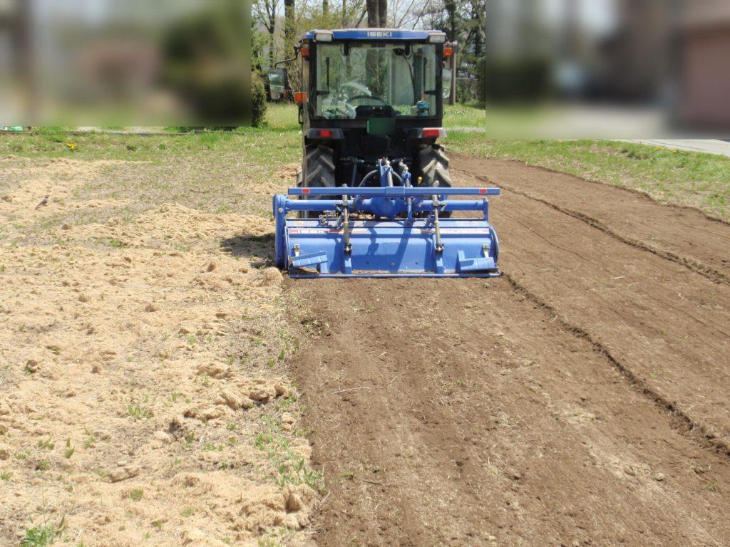 トラクターで芝の刈りカスすきこみ