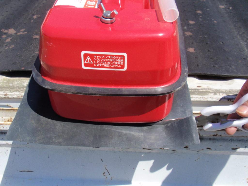 ガソリン携行缶 大きめのシートを張り付けて、形を整える