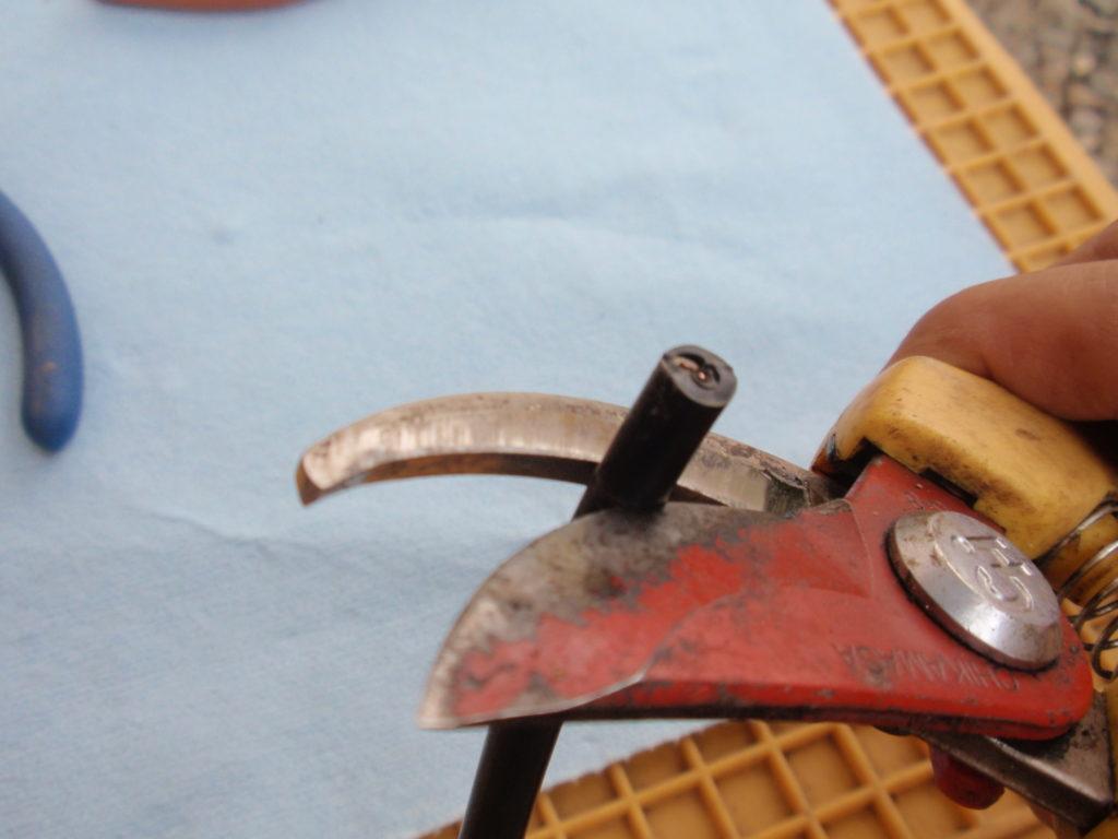 電源ケーブルの被膜を剥ぐ