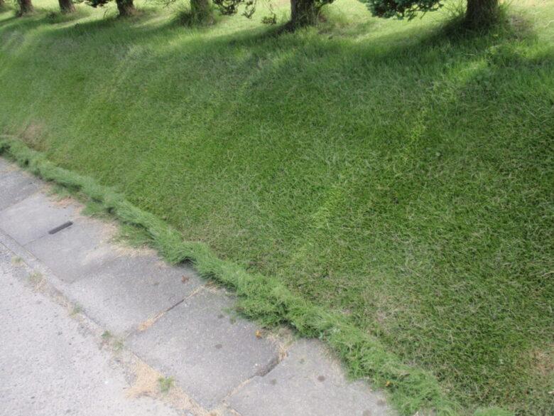 芝生の斜面の刈り方