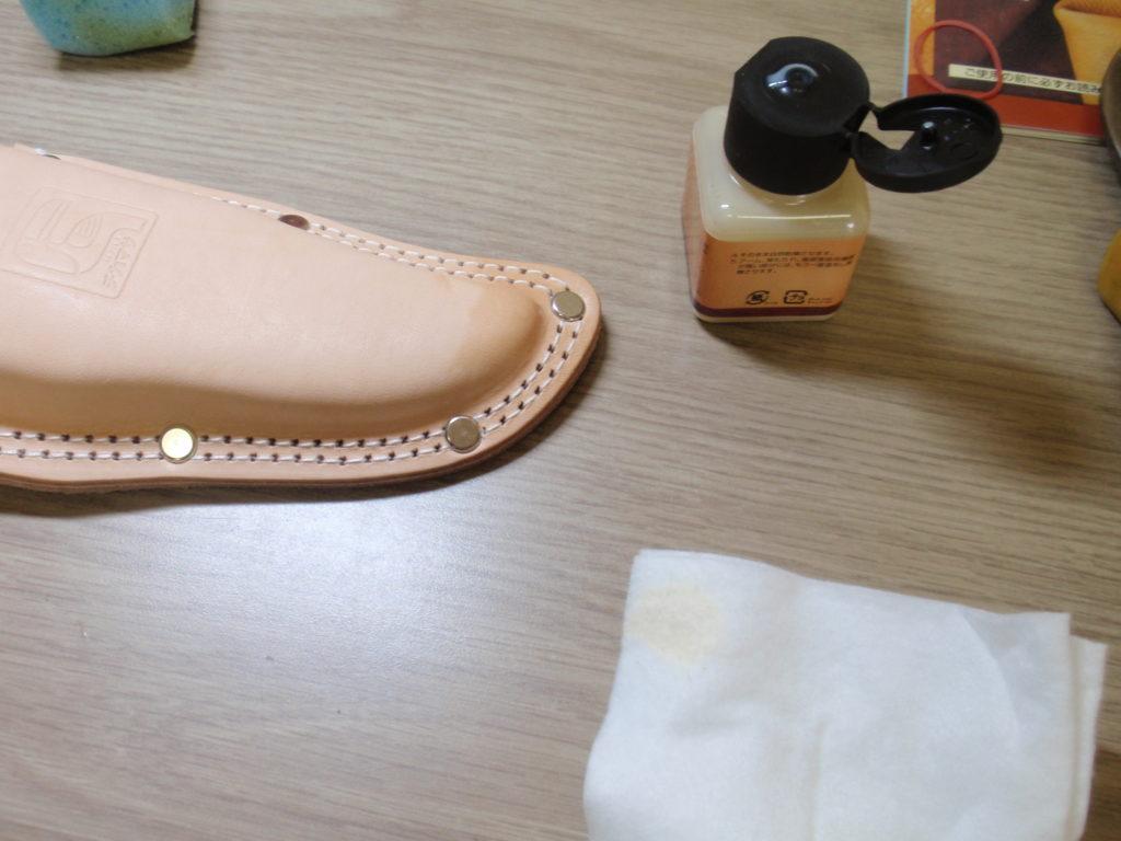革の保護クリーム試し塗り