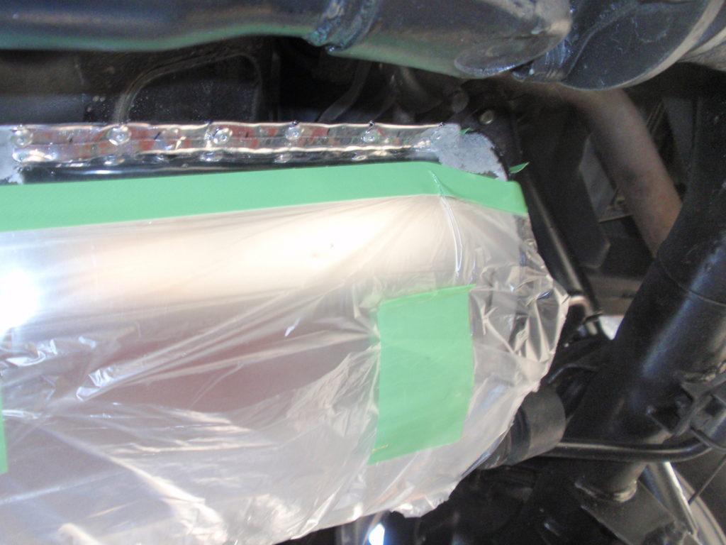 リベット止め部を耐熱塗料で防錆 準備マスキング処理