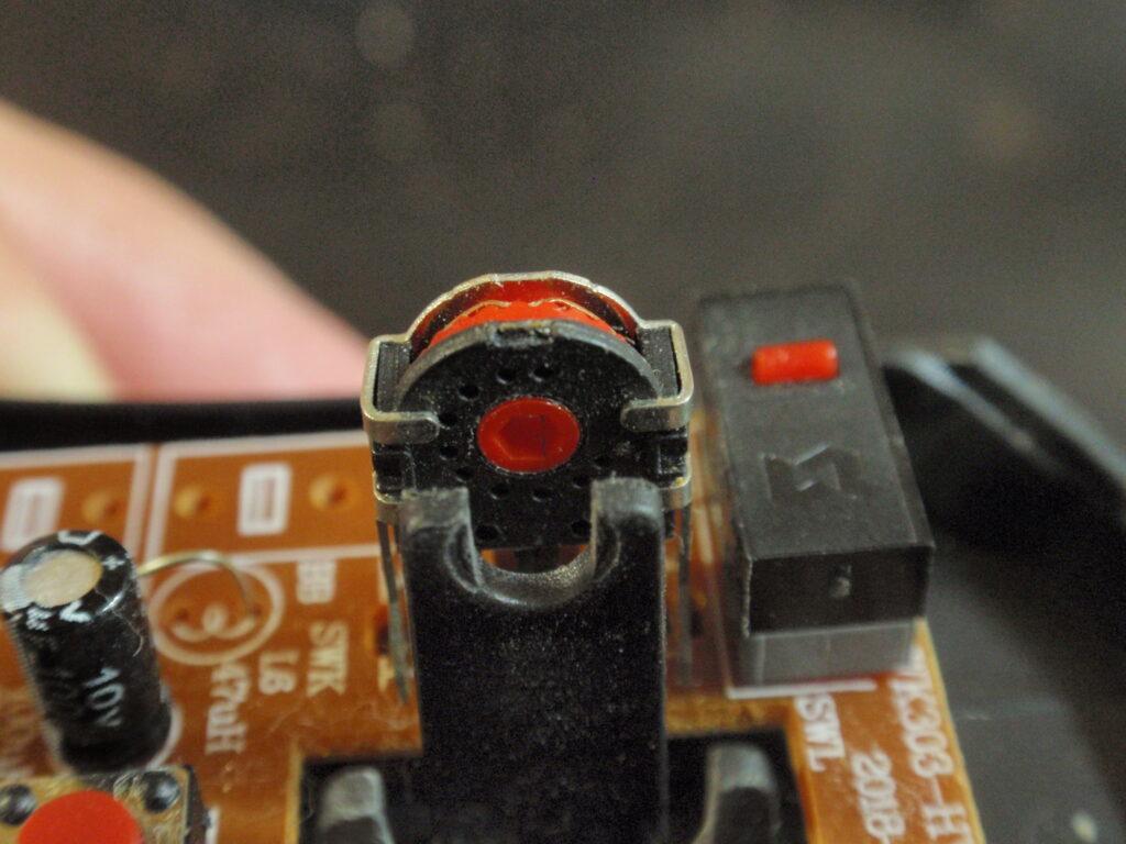 ダイソーのワイヤレスマウス分解 ホイールの軸受け部