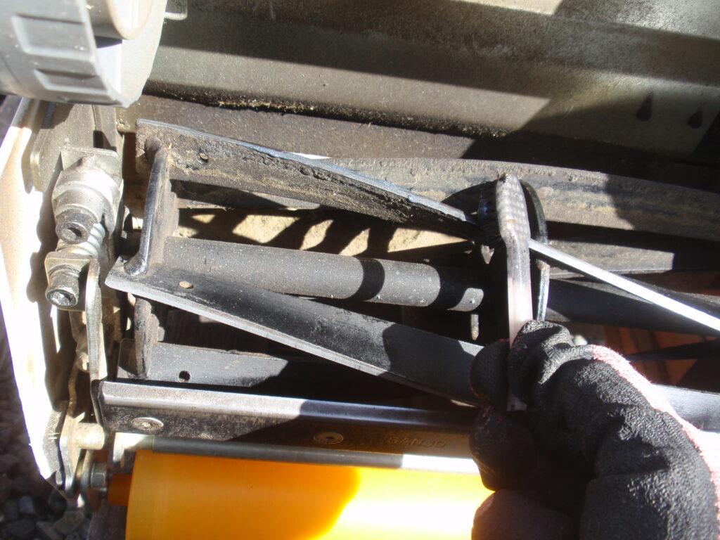 芝刈り機リール刃の刃研ぎ 研磨剤塗布
