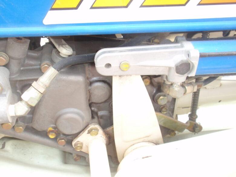 ヰセキの田植機 車体上昇用油圧シリンダーの取り付け部