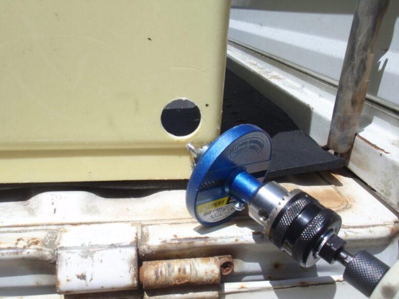 貯水槽へホースジョイントを取り付け ホールソーで穴をあける
