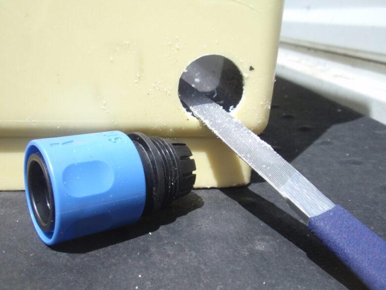 貯水槽へホースジョイントを取り付け 現物合わせで穴を広げる