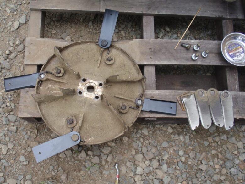 自走式草刈機(法面草刈機)クボタGC-K501の刈刃交換 刃の向きを間違えない様注意して組付け