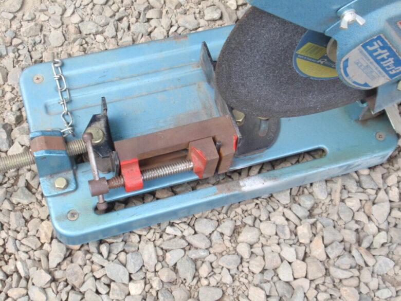 金属切断機で六角レンチを切断。