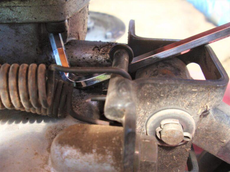 自走式草刈機(法面草刈機)GC-K501 エンジン取り付け部のネジ3