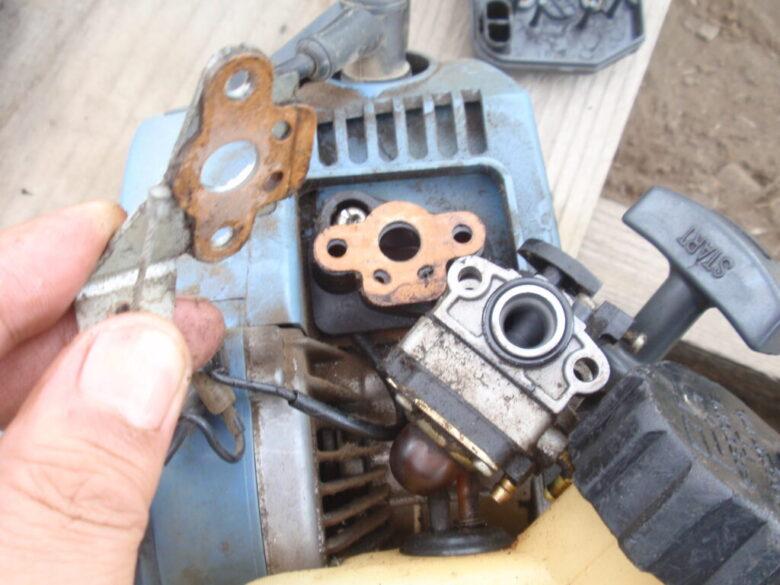 キャブレターの取り外し1 地理付け部のガスケットとアクセル固定金津