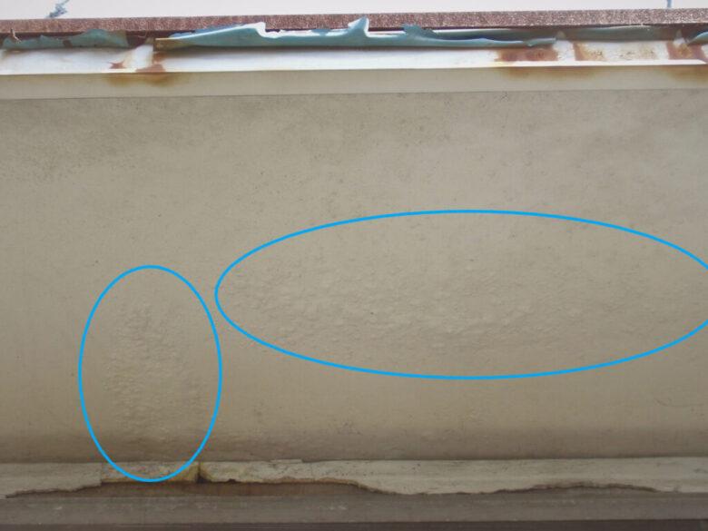 雨漏り修理 庇の下側に水がしみた後が有ります。